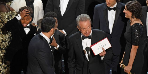 TOPSHOT - The cast of 'Moonlight' and ''La La Land' appear on stage as presenter Warren Beatty (C) shows the winner's envelope for Best Movie 'Moonlight' on stage at the 89th Oscars on February 26, 2017 in Hollywood, California. / AFP / Mark RALSTON        (Photo credit should read MARK RALSTON/AFP/Getty Images)
