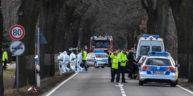 Polizeifahrzeuge sperren eine Bundesstraße ab. Hier wurden bei der Flucht von einem Tatort zwei Polizisten überfahren und getötet.