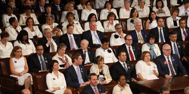 Les élues démocrates en blanc pour le  premier discours au Congrès de Donald Trump.