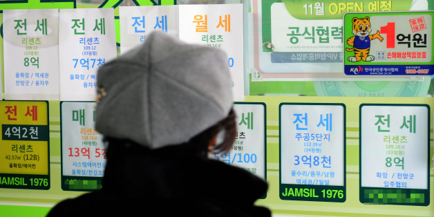 1월 아파트 전셋값 상승률이 5년만에 최저치를 기록한 31일 오후 서울 시내 부동산 중개소 앞에서 한 시민이 전세 매물 전단을 보고 있다. 2017.1.31