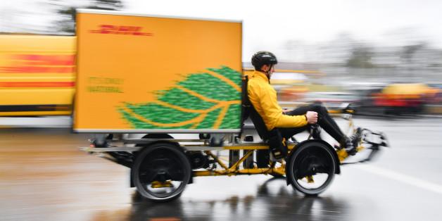 DHL Paketzusteller radeln durch die Frankfurter Innenstadt - Pilotprojekt gestartet