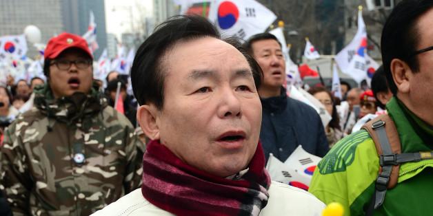 이인제 자유한국당 전 최고위원이 3.1절인 1일 오후 서울 세종로 사거리에서 열린 탄핵 기각 촉구 15차 태극기 집회에 참석하고 있다.