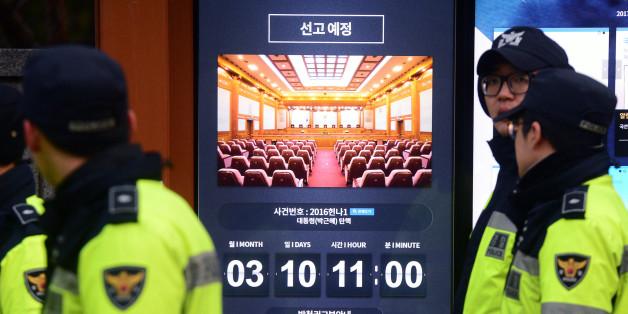 8일 오후 서울 종로구 헌법재판소 앞에 박근혜 대통령의 탄핵심판 선고일 안내가 게시돼 있다.