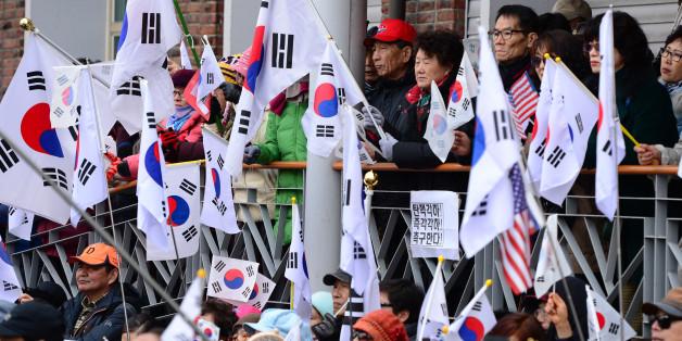 박근혜 대통령 탄핵심판 선고가 임박한 8일 오후 서울 종로구 헌법재판소 인근에서 보수단체 회원들이 박근혜 대통령의 탄핵을 반대하며 태극기를 흔들고 있다.