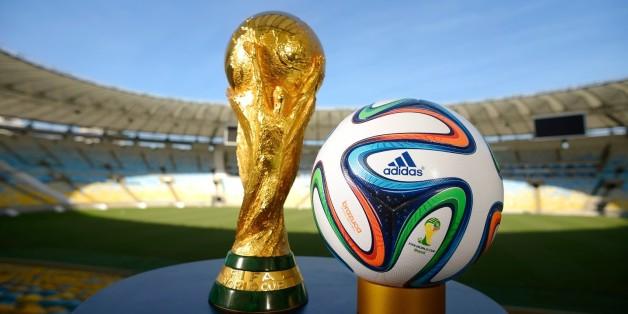 Stade Maracana à Rio de Janeiro. Le trophée pose en compagnie du ballon de l'édition 2014 de la Coupe du Monde organisée au Brésil.