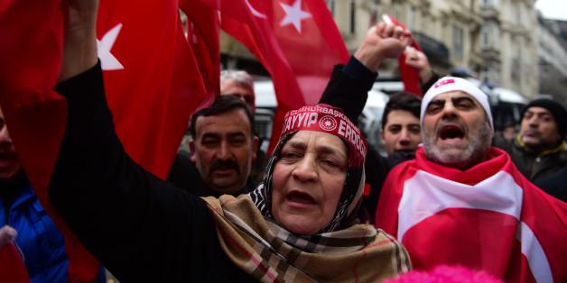 Demonstranten vor dem niederländischen Konsulat in Ankara