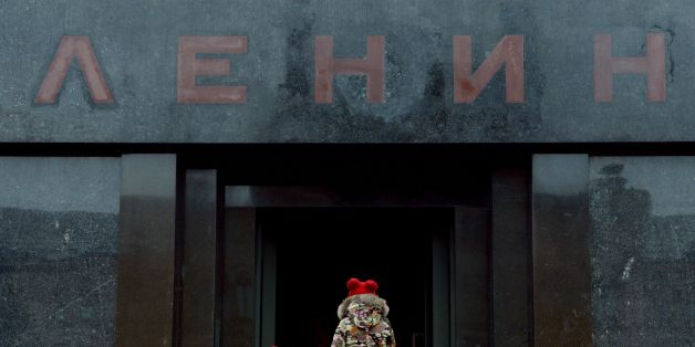 TOPSHOT - People enter Soviet state founder Vladimir Lenin's mausoleum while visiting Red Square in Moscow on October 11, 2016. / AFP / Natalia KOLESNIKOVA        (Photo credit should read NATALIA KOLESNIKOVA/AFP/Getty Images)