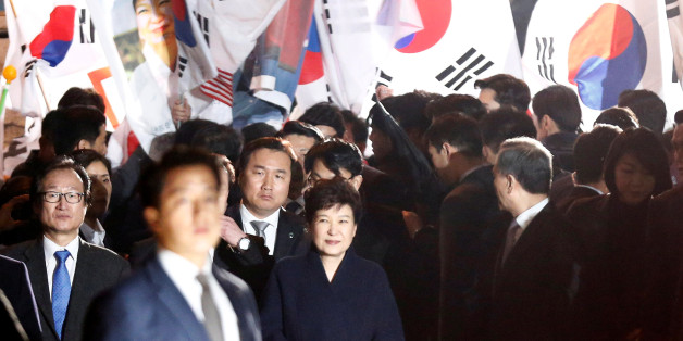 South Korea's ousted leader Park Geun-hye greets her supporters as she arrives at her private home in Seoul, South Korea, March 12, 2017.  REUTERS/Kim Kyung-Hoon      TPX IMAGES OF THE DAY