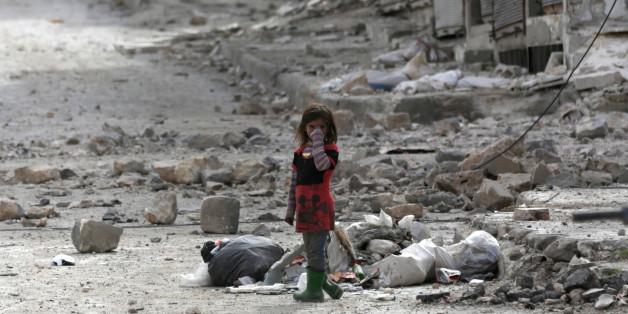 Une petite fille au milieu des ruines de la ville d'Al-Bab, dans le nord du pays, le 28 février.