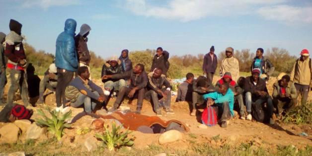 """Des Subsahariens coincés dans le no man's land entre le Maroc et l'Algérie, les ONG dénoncent un """"dérapage"""""""