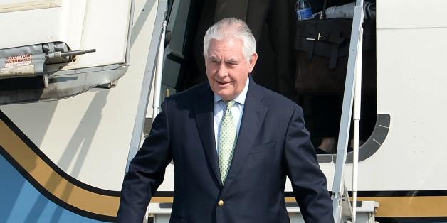 렉스 틸러슨 미국 국무장관이 17일 오전 경기도 평택시 주한미군 오산공군기지에 도착해 전용기에서 내리고 있다.