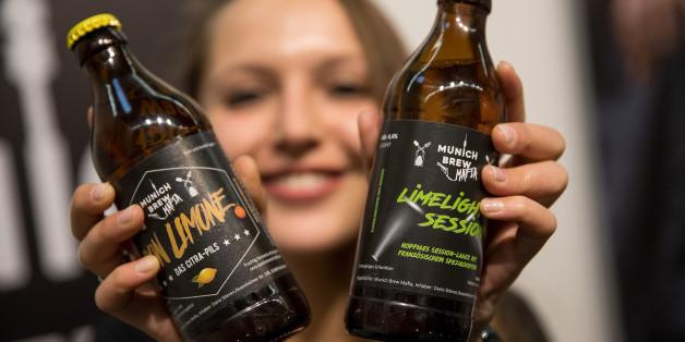 Junge Frau mit Craft-Beer