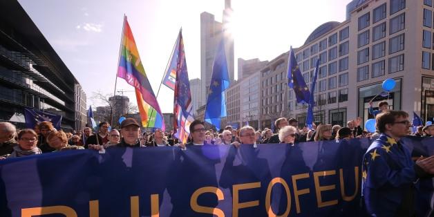"""Die junge pro-europäische Bewegung """"Pulse of Europe"""" bringt tausende Menschen auf die Straße"""