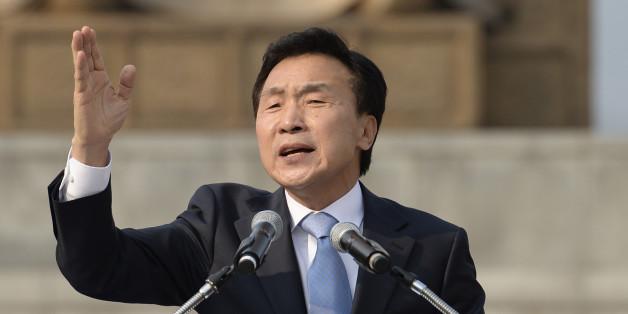 국민의당 대선주자인 손학규 전 민주당 대표가 19일 오후 서울 광화문 광장에서 대선 출마 선언을 하고 있다
