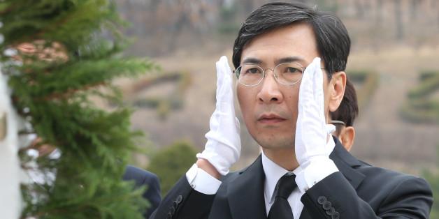 안희정 더불어민주당 대선주자가 20일 서울 강북구 4·19 민주묘지를 찾아 참배를 하고 있다.