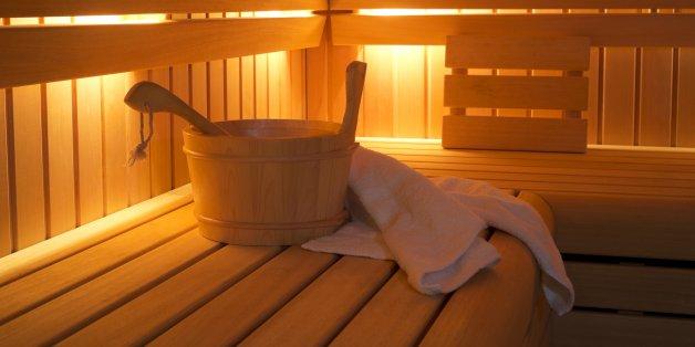 Als ein unbescholtener Mann sieht, was sich in einer Hamburger Sauna abspielt, ruft er sofort die Polizei