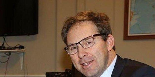 Ein Mitglied des Parlaments, Tobias Ellwood leistet sofort Erste Hilfe für den verletzten Polizisten