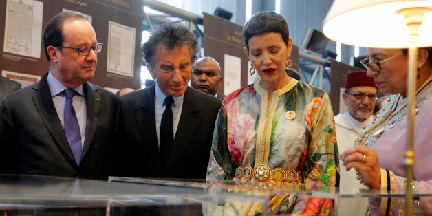 "French President Francois Hollande (C), Head of the IMA Jack Lang (2ndR) and Morocco's Princess Lalla Meryem (R) visit the exhibition ""Splendeur de l'Ecriure au Maroc"" the Arabic World Institute (IMA) in Paris, France, March 22, 2017. REUTERS/Christophe Ena/Pool"