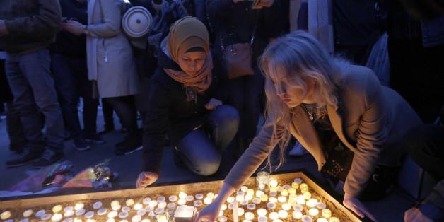 Trauernde zünden Kerzen am Trafalgar Square an
