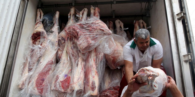 Workers unload packed meat from a truck in Sao Paulo, June 3, 2015. Russia on May 27, 2015, banned the import of meat from 10 Brazilian processing plants starting on June 9, but the world's top beef exporter said the ban will not impact trade. Russia, the second biggest importer of Brazilian beef in 2014 after Hong Kong and a major importer of the country's pork, regularly bans imports from Brazilian meat packers.  REUTERS/Paulo Whitaker
