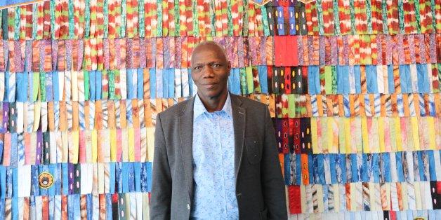 À la Galerie 38 de Casablanca, Abdoulaye Konaté devant l'une de ses œuvres, inspirée du papillon.