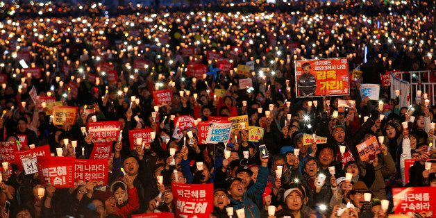 Protesters hold candles as they celebrate the impeachment of South Korea's ousted leader Park Geun-hye at a rally in Seoul, South Korea, March 11, 2017.  REUTERS/Kim Kyung-Hoon