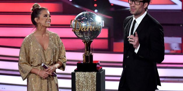 """Sylvie Meis wundert sich während """"Let's Dance"""" über einen Schokoriegel - mit der Reaktion von Daniel Hartwich hätte sie nicht gerechnet"""
