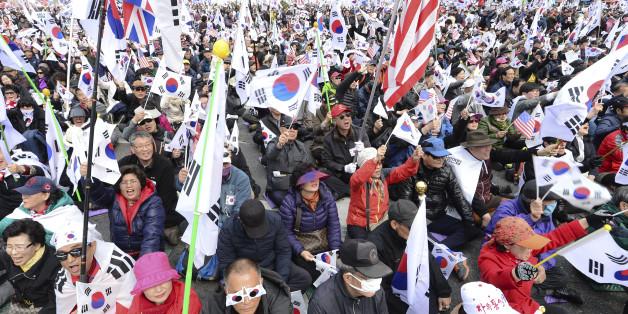 25일 오후 서울 중구 대한문 일대에서 열린 국민저항 총궐기 국민대회에서 참가자들이 박근혜 전 대통령 탄핵 무효를 주장하며 태극기를 흔들고 있다.
