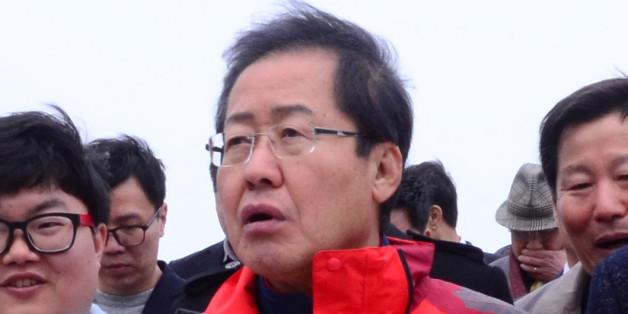 홍준표 자유한국당 대선주자가 25일 강원도 강릉 정동진을 방문해 이철규 자유한국당 의원의 안내를 받으며 모래시계 공원을 둘러보고 있다.