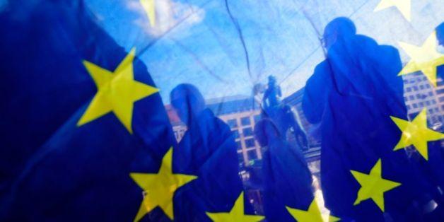 Demonstranten hinter einer EU-Flagge