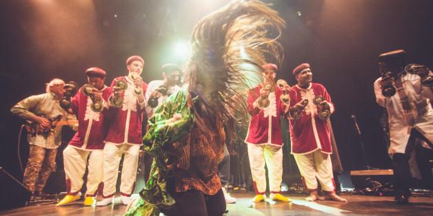 Hindi Zahra et une troupe de gnaouas au Bataclan, Paris, 27 mars 2017