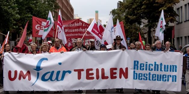 Demonstration gegen die sich vergrößernde Schere von Armen und Reichen