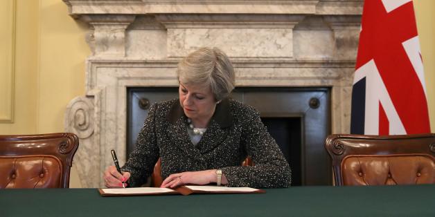 Die britische Premierminister Theresa May unterzeichnet den Brief an die EU