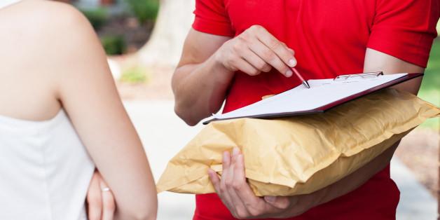 In München hat sich ein Mann als Paketbote ausgegeben und eine Frau sexuell belästigt.