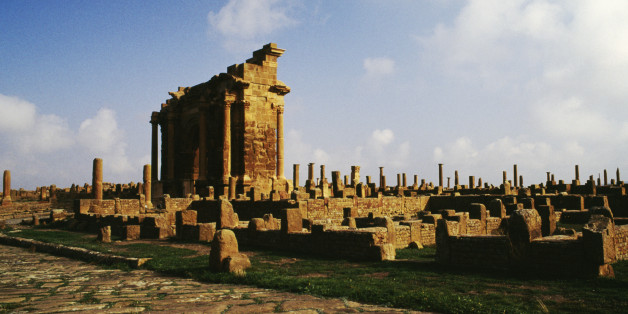 ALGERIA - MAY 12: View with the Arch of Trajan, ruins of the Roman city of Timgad (formerly Thamugadi), founded in ca 100 AD by order of Trajan (Unesco World Heritage List, 1982), Algeria. (Photo by DeAgostini/Getty Images)