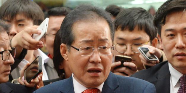 홍준표 자유한국당 대선 후보가 4일 오후 대구 서문시장을 찾아 시민들과 대화를 나누고 있다.