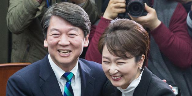 안철수 국민의당 대선후보가 6일 서울 여의도 국회에서 열린 이언주 의원 국민의당 입당식에서 이 의원을 환영하며 포옹하고 있다