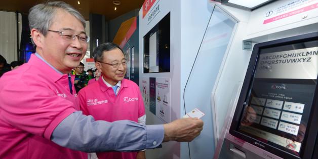 임종룡 금융위원장(왼쪽)과 황창규 KT 회장이 3일 오전 서울 광화문 KT스퀘어에서 열린 국내 최초 인터넷 전문은행 '케이뱅크 서비스 출범 기념식'에 참석해 금융서비스를 시연하고 있다.