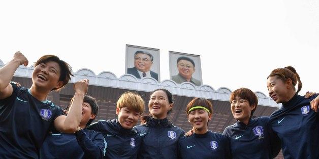 2018 AFC 여자축구아시안컵대회 예선에 참가한 여자축구대표팀 선수들이 4일 평양 김일성경기장에서 열린 공식 훈련에서 밝은 표정으로 선전을 다짐하고 있다.