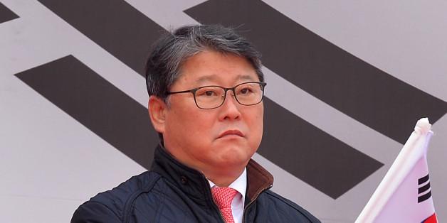 조원진 자유한국당 의원이 8일 오후 서울 덕수궁 대한문 앞에서 국민저항본부 주최로 열린 제5차 대통령 탄핵무효 국민대회에서 태극기를 흔들고 있다. 조 의원은 이 자리에서 자유한국당을 탈당하겠다고 밝혔다.