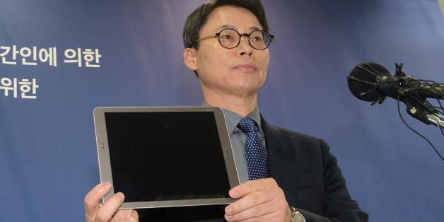'최순실 국정농단' 사건을 수사하는 특별검사팀의 이규철 대변인(특검보)이 1월11일 오후 서울 강남구 대치동 특검사무실에서 최씨의 조카 장시호 씨가 제출한 '최순실 태블릿PC'를 공개하고 있다.