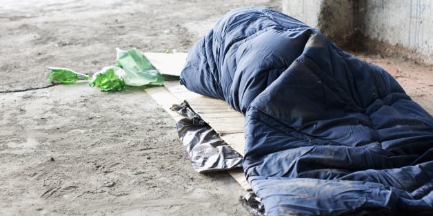 In Konstanz hat ein 19-Jähriger eine schlafende Obdachlose angegriffen und lebensbedrohlich verletzt.