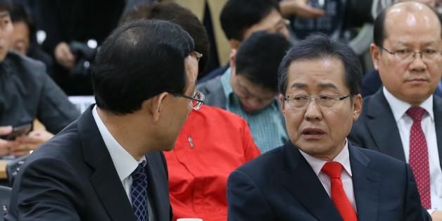 홍준표 자유한국당 대선 후보와 주호영 바른정당 원내대표가 13일 서울 여의도 이룸센터에서 한국장애인단체 총연합회 주최로 열린 '2017 대선 장애인연대 공약 선포식'에서 대화를 하고 있다.