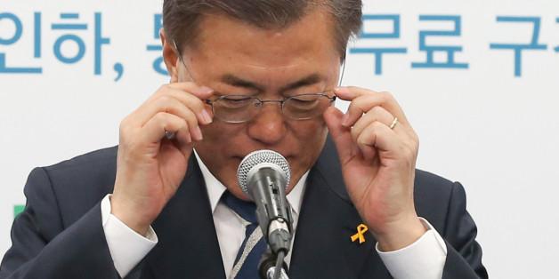 문재인 더불어민주당 대선 후보가 16일 서울 여의도 중당당사에서 열린 대중교통정책 발표 기자회견을 하기 앞서 안경을 고쳐쓰고 있다.