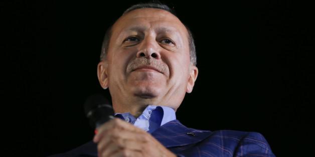 Turkish President Tayyip Erdogan greets his supporters in Istanbul, Turkey, April 16, 2017. REUTERS/Murad Sezer