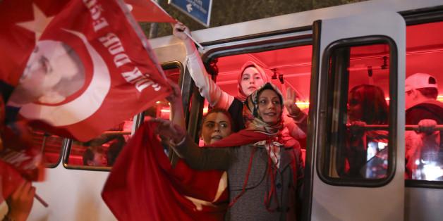 Supporters of Turkish President Tayyip Erdogan celebrate in Istanbul, Turkey, April 16, 2017. REUTERS/Alkis Konstantinidis