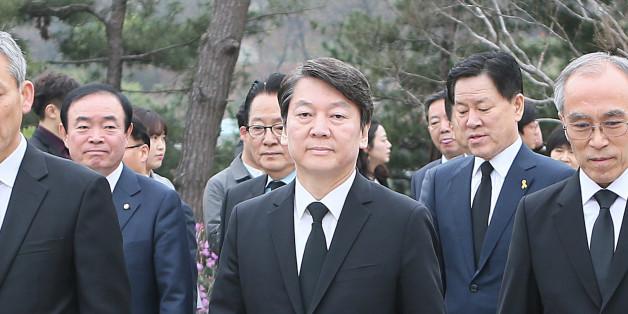 안철수 국민의당 대선 후보가 5일 오전 동작구 국립서울현충원에서 김영삼 전 대통령 묘역 참배를 위해 이동 하고 있다.