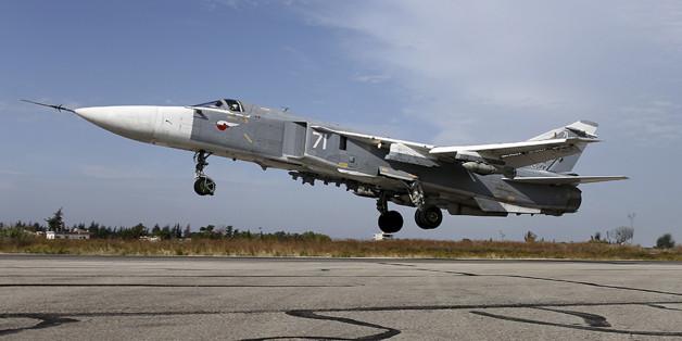 Ein russischer Jet vom Typ Sukhoi Su-24 steigt von der Luftwaffenbasis Hmeymim in Syrien auf