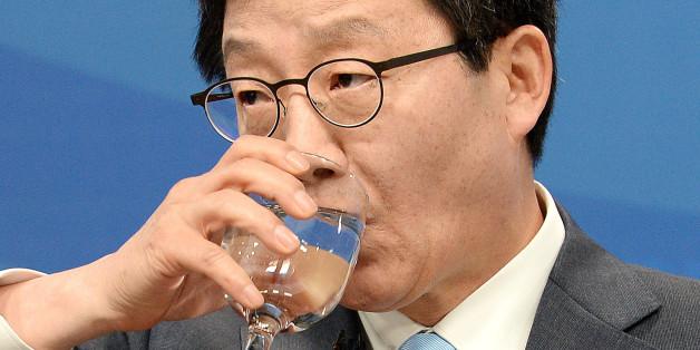유승민 바른정당 대선후보가 21일 오전 서울 여의도 마리나클럽에서 열린 한국방송기자클럽 초청 토론회에서 목을 축이고 있다.