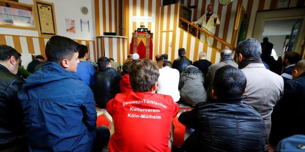 Junge Muslime in Köln hören einem türkischen Imam zu